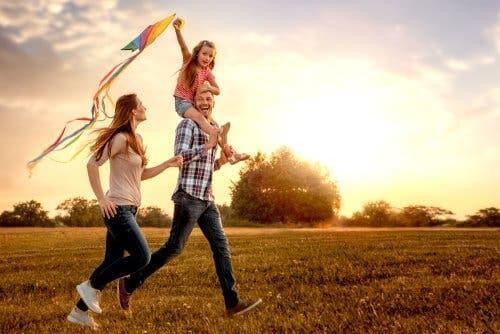 Rodzina biegnąca po łące