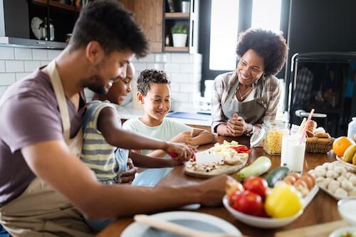Rodzina przygotowująca jedzenie