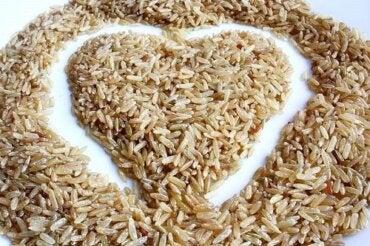 Sałatka z brązowego ryżu: pyszna i niskokaloryczna