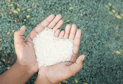 Ryż trzymany w dłoniach