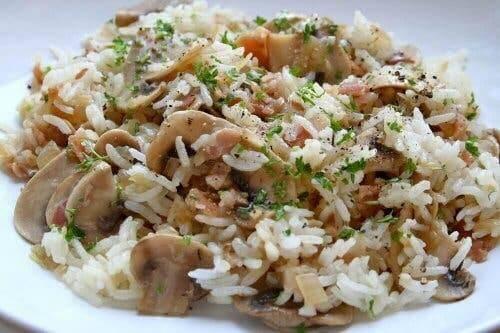 Sałatka z brązowego ryżu z grzybami