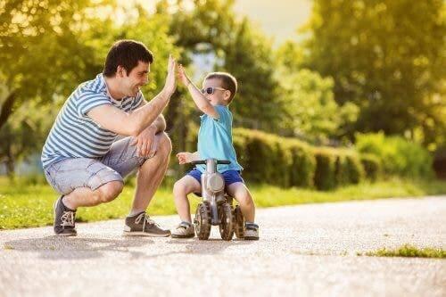 Tata przybijający piątkę z synem