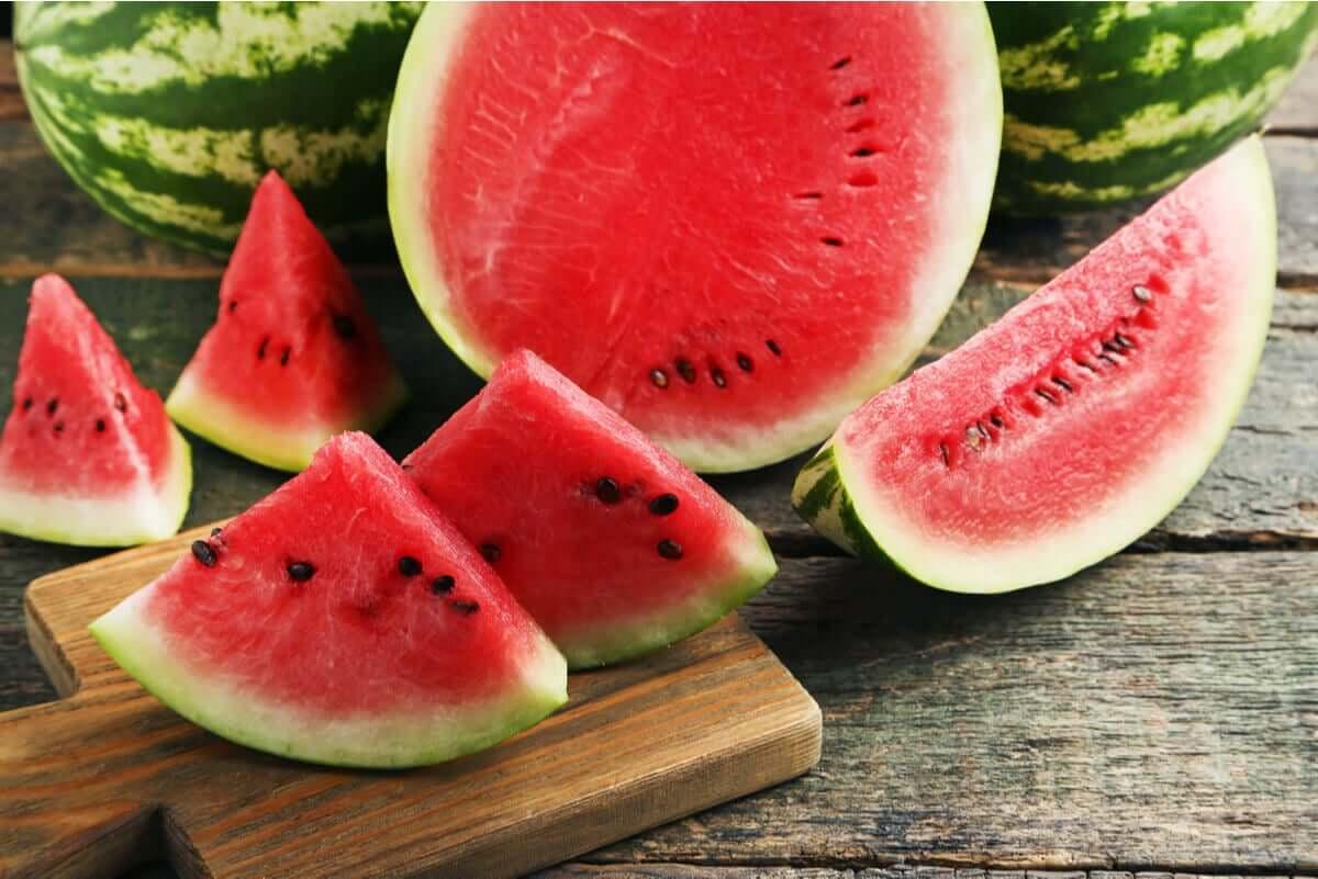 Arbuz zawiera dużo wody, więc zapobiega odwodnieniu latem.