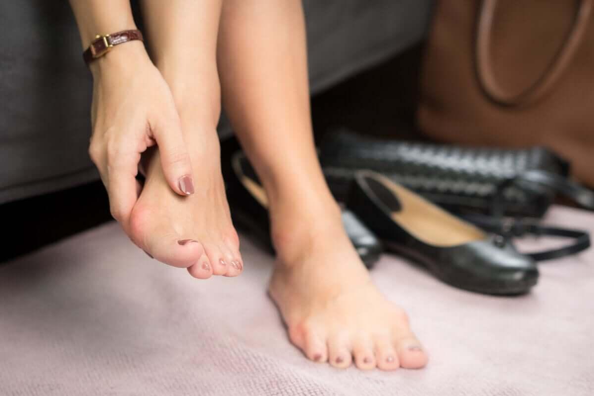 Zanokcica może dotyczyć też paznokci stóp.