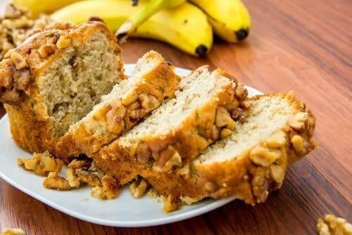 Chlebek bananowo-migdałowy na talerzu