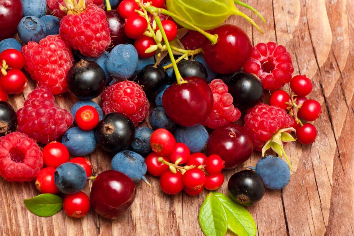 Czerwone owoce najlepiej jeść same - zawierają dużo błonnika.