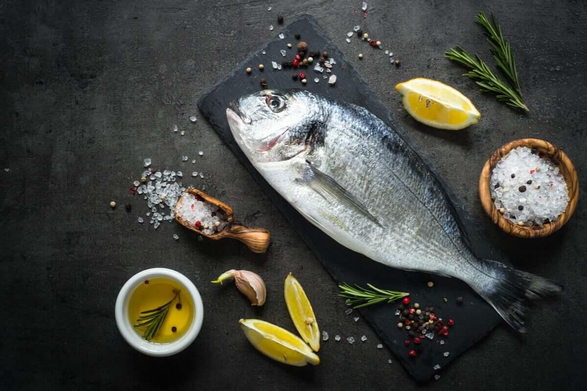 W mięsie dużych ryb znajduje się rtęć. Dlatego należy ich w ciąży unikać. Nie dotyczy to jednak małych ryb.