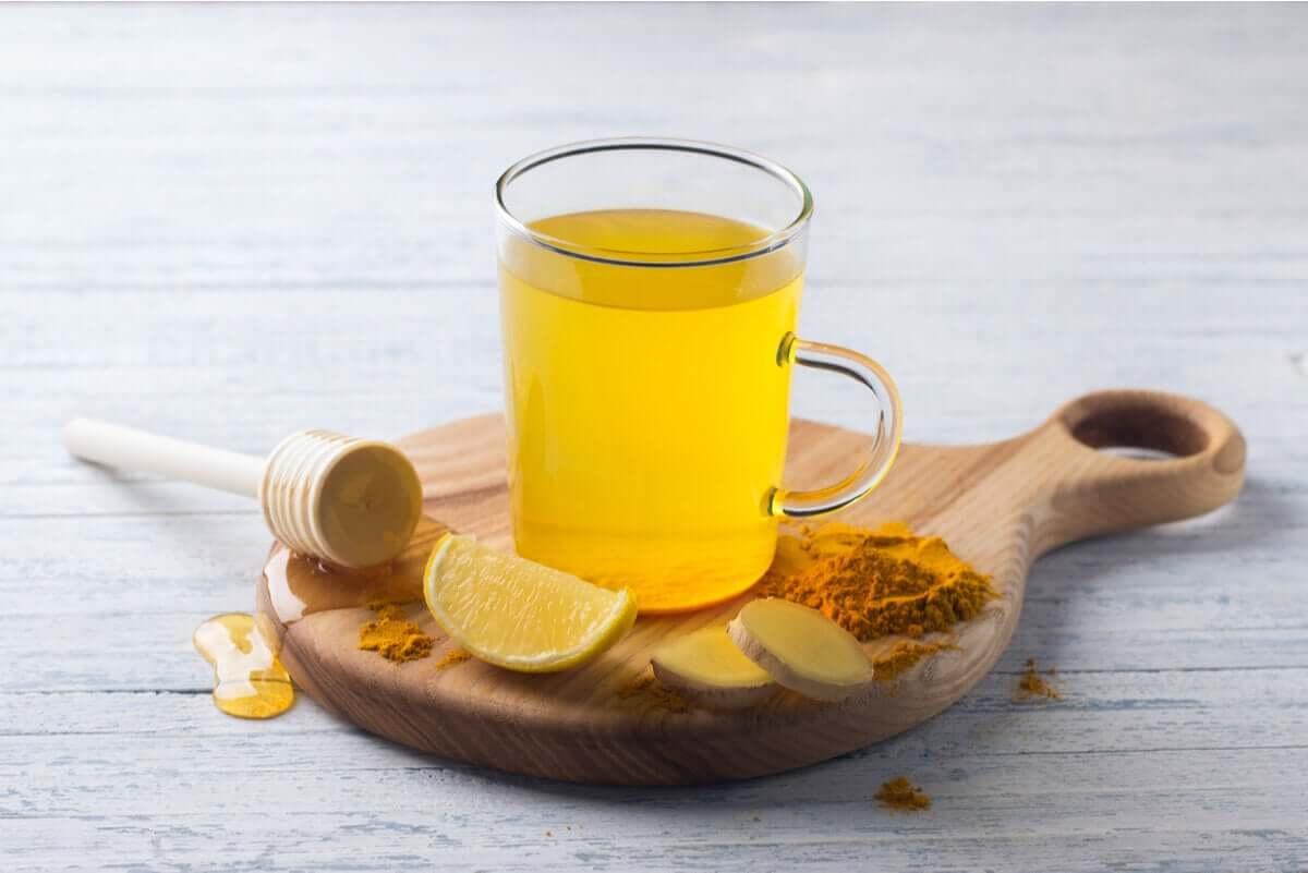 Herbata z kurkumy pozwala nam cieszyć się właściwościami tej przyprawy również w domu.