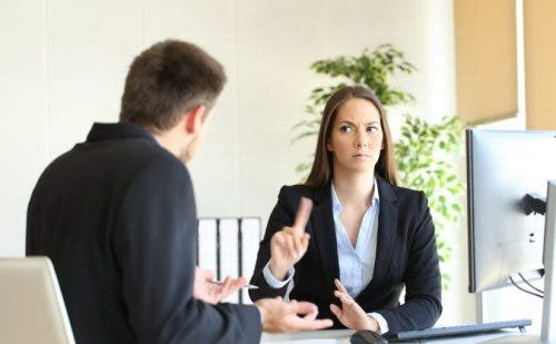 Kobieta karcąca niewłaściwe zachowanie - seksizm w pracy