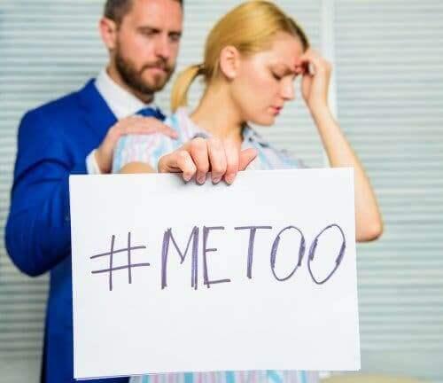 Kobieta trzymająca plakat Me Too - seksizm w pracy