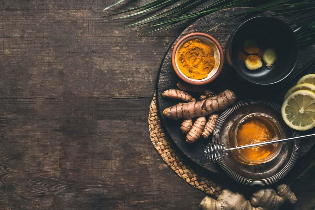 Napar z kurkumy możesz bez trudu przygotować w domu.