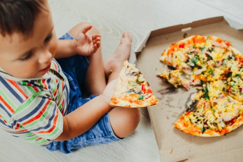 Dziecko jedzące pizzę