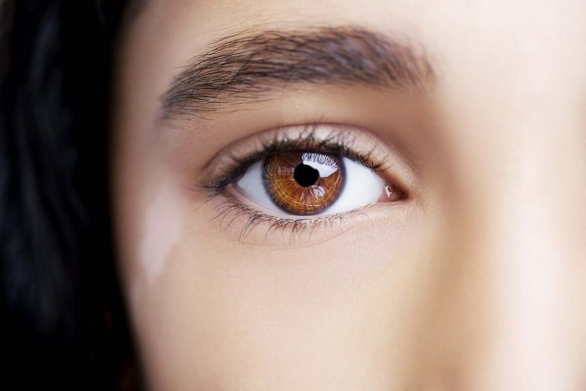 Przyczyną powstawania plam na powiekach może być bielactwo. Jest ono nieuleczalna, ale da się poprawić jego wygląd.
