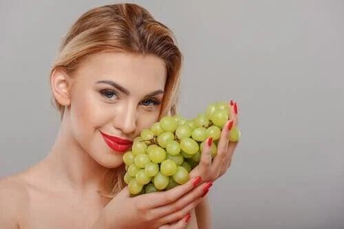 Jak odmłodzić skórę za pomocą winogron?