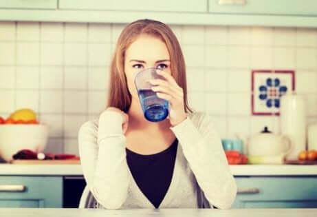 Kobieta pijąca wodę - jak zmienić dietę, żeby schudnąć?