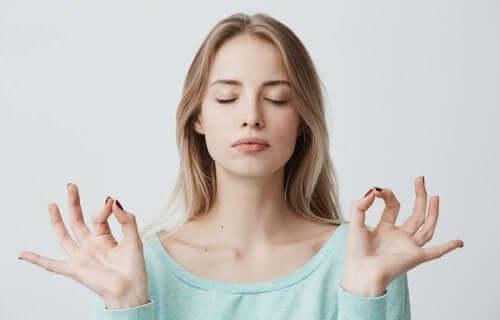 kobieta praktykująca mindfulness