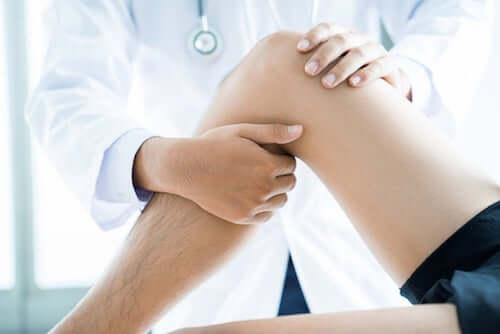 Lekarz badający kolano