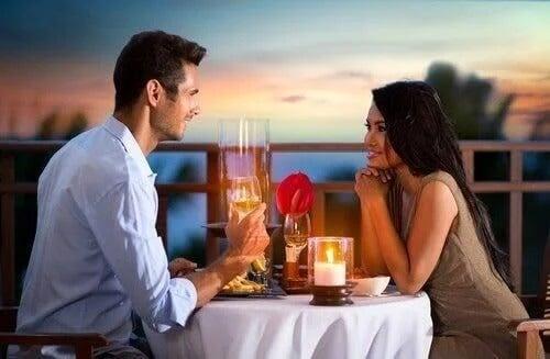 Para w trakcie romantycznej kolacji