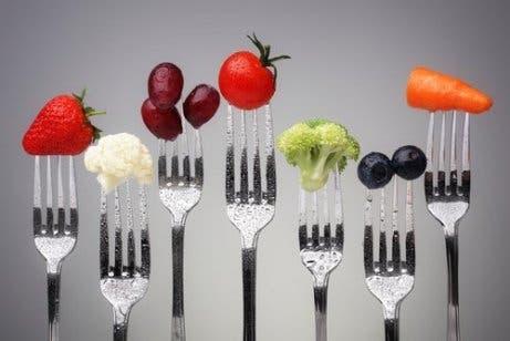 Owoce i warzywa na widelcach
