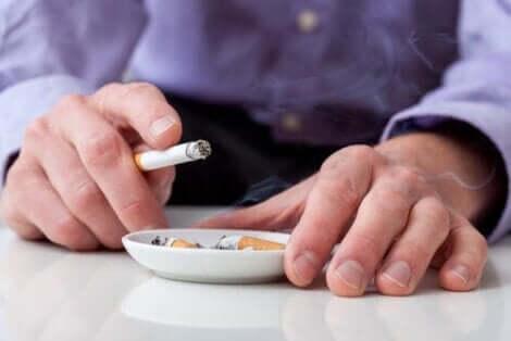 Palący mężczyzna - jak chronić się przed udarem mózgu?