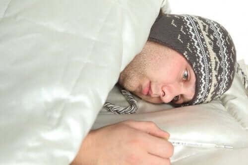 Chory mężczyzna w łóżku