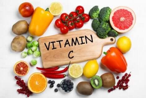 Cytrusy to świetne źródło witaminy C. Można ją także suplementować.