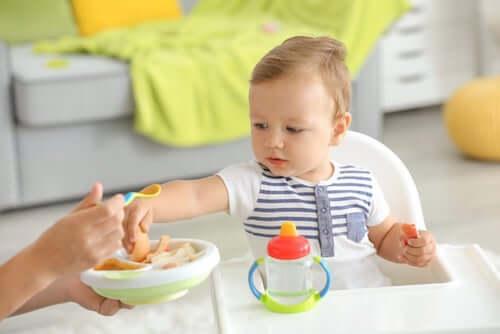 Dziecko z jedzeniem