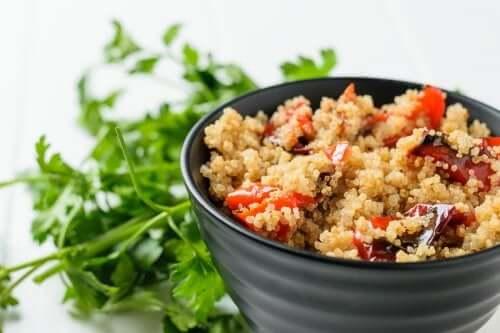 Sałatka z pieczonych warzyw z quinoa