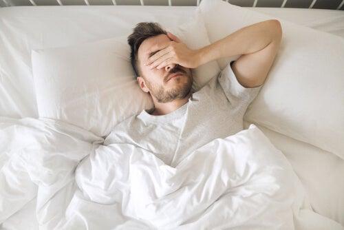 Niewyspany mężczyzna