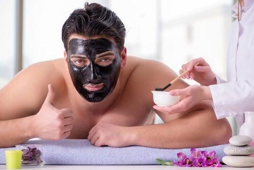 Mężczyzna z maseczką kosmetyczną na twarzy