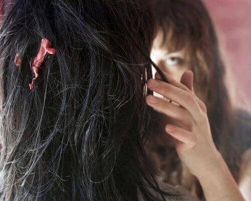 Guma we włosach - jak pozbyć się gumy z włosów?
