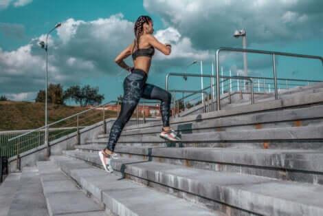 Kobieta biegnąca po schodach