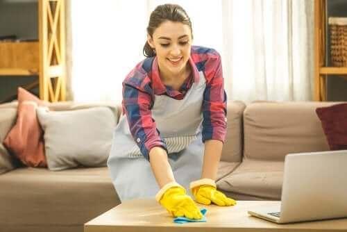 Kobieta czyszcząca stół - przesadna higiena