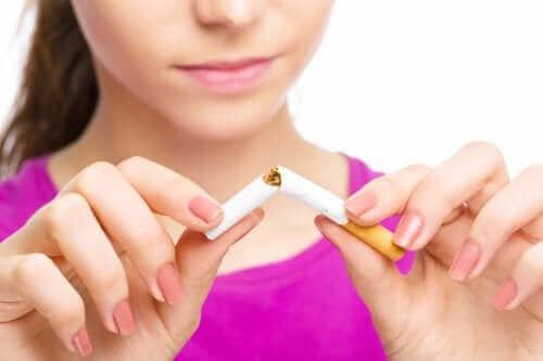Kobieta łamiąca papierosa