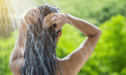Kobieta myjąca włosy