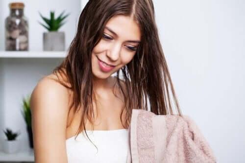 Jak pielęgnować przetłuszczające się włosy?