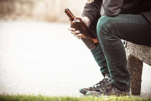 Mężczyzna trzymający butelkę alkoholu - walka z alkoholizmem