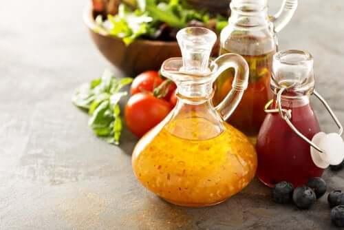 sałatka z pieczonych warzyw: możesz dodawać różnych sosów do smaku.