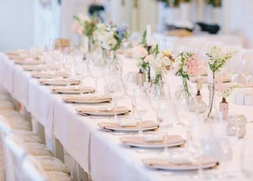 Rozmieszczenie gości przy stolikach to jedno z najtrudniejszych zadań dla organizatora.