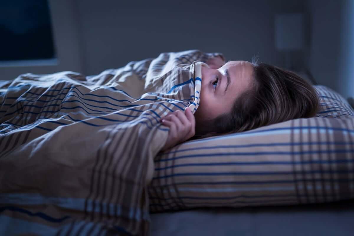 Koszmary senne mogą prowadzić do niepokoju po przebudzeniu.