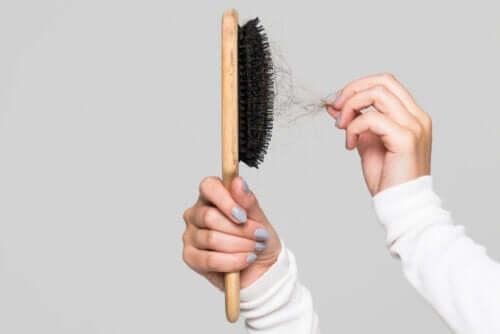 Po co czyścić szczotkę do włosów?