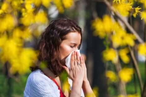 Nieżyt nosa to typowa dolegliwość pojawiająca się na przełomie pór roku.