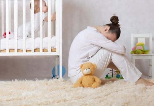 Objawy depresji poporodowej zależą od kobiety, ale zwykle jest to smutek, niepokój i drażliwość.