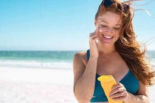 Jak unikać poparzeń słonecznych i dbać o skórę – 5 wskazówek