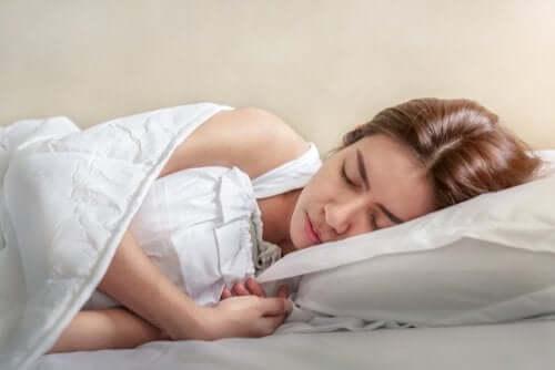 Skurcze podczas snu, co zmienić, aby ich uniknąć?