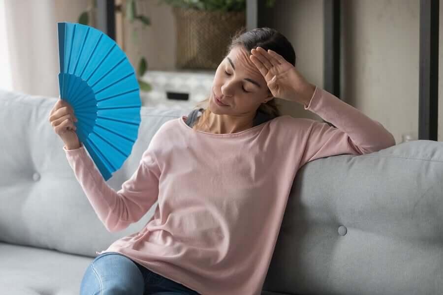 W czasie upałów warto zadbać o regulację temperatury ciała i unikać ekspozycji na słońce.