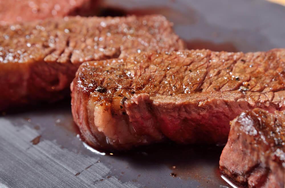 Mięso nie tylko stanowi źródło żelaza, ale też zwiększa jego wchłanianie.
