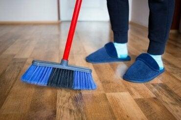 Polerowanie drewnianych podłóg przy użyciu domowych produktów