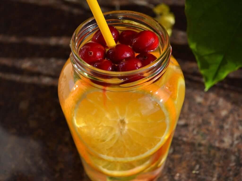 Napój z pomarańczy i owoców leśnych ma mało kalorii i dostarcza dużo antyoksydantów.
