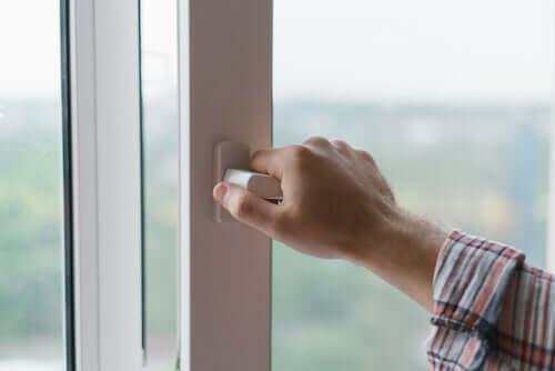 Wywołaj lekki przeciąg, by spowodować ruch powietrza i przetrwać upały.